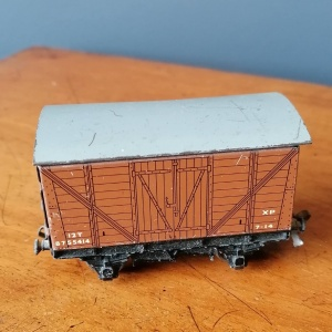 Hornby Dublo Gauge 00 EDL18 Standard 2-6-4 Tank Locomotive B.R. with 2 tin plate carriages thumbnail